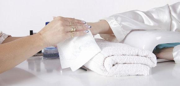 Nagelstudio Hände desinfizieren